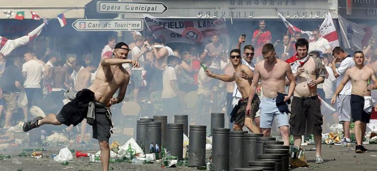 Реальные сроки назначили во Франции трем футбольным фанатам РФ